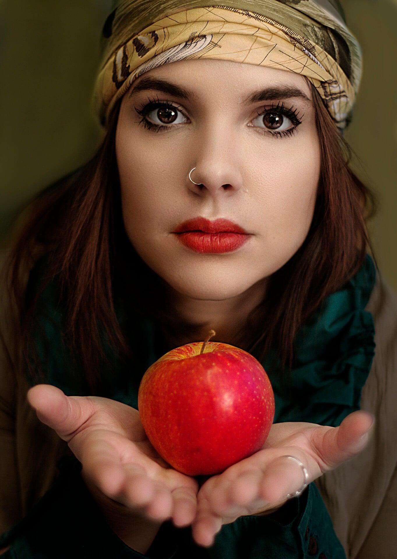 17 Femme à la Pomme